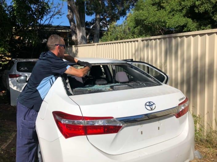 Windscreen Repair Replacement Autoglass Cars Gold Coast - Damien Changing Back Windscreen